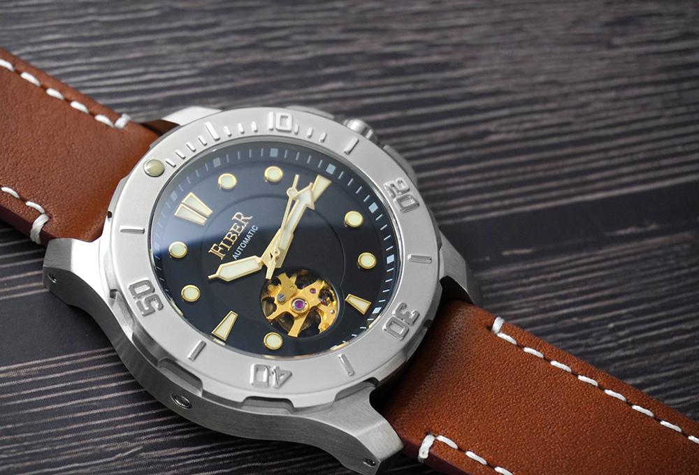 搭配皮革錶帶的Fiber海洋潛將潛水錶